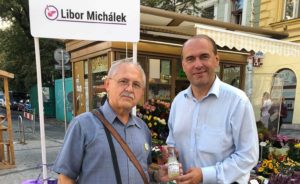 Libor Michálek s voliči v ulicích.